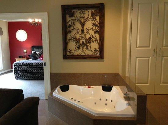 3 Kings Bed and Breakfast: Semi sunken spa all units