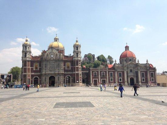 """Basilica de Santa Maria de Guadalupe: A Basílica """"original"""". Uma inclinação progressiva fez com que se criasse uma nova sede, ao lado,"""
