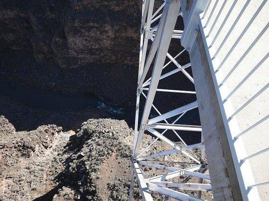 Rio Grande Gorge Bridge: 下を覗くとこんな感じです。