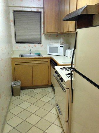 Murray Hill East Suites: Cocina con lavavajilla, horno, microondas, etc