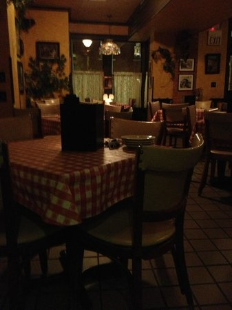 Vinny Vanucchi's: View of the inside