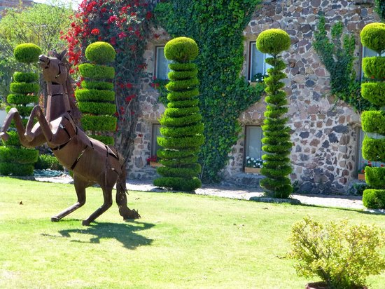 Posada de la Aldea: topiary and statue