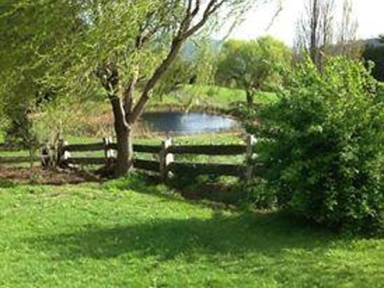 Stanton Bed and Breakfast: View of front dam from the garden