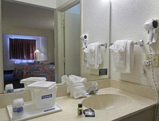 Magnuson Hotel Kissimmee Maingate: Restroom