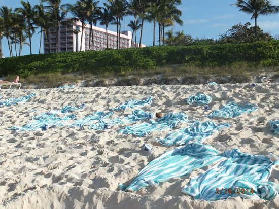 Atlantis, Royal Towers, Autograph Collection: the mess on the beach