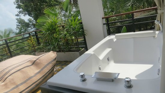 Mantra Samui Resort: Great idea of spa outside room but to much of a traffic area for that