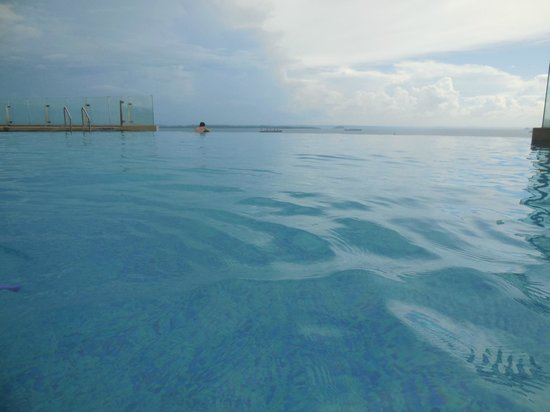 Four Points by Sheraton Sandakan : Belle piscine