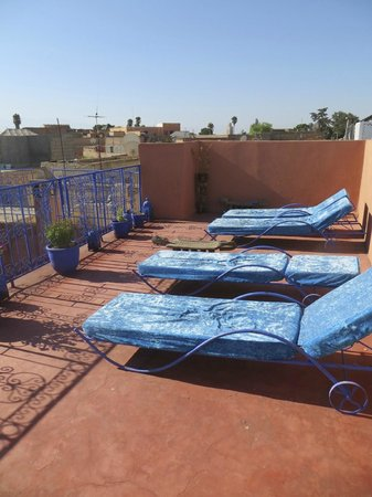 Riad Zinoun: Rooftop seating area