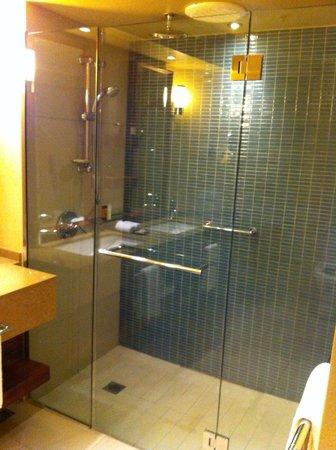 Sheraton Fiji Resort: Lots of shower space