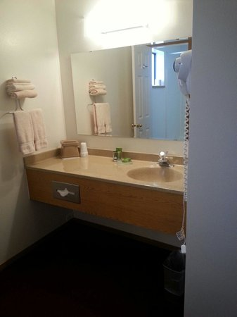 Austin's Chuckwagon Lodge and General Store: Sink and bathroom area