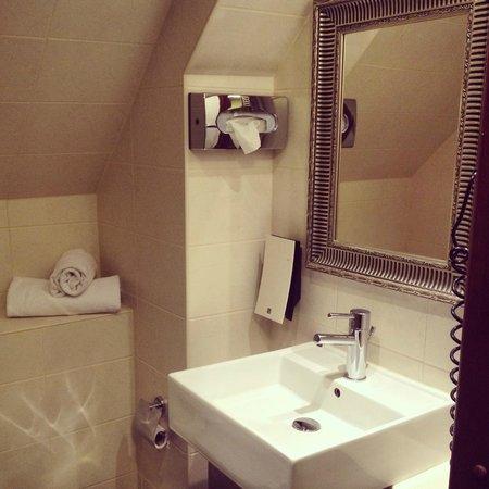First Hotel Mayfair : A bathroom