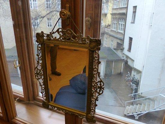 Sigmund Freud Museum: Espejo original, ventana que da al patio de carruajes