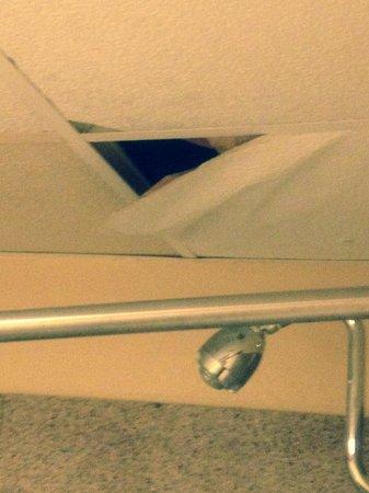 Magnuson Hotel Magnolia: Falling ceiling