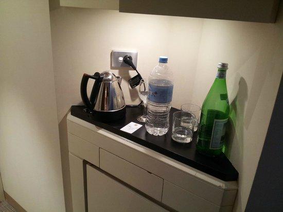 InterContinental Adelaide: Very worn mini bar area