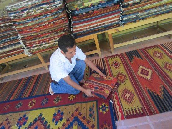 La Casa de Mis Recuerdos B&B: Zapotecan weaver, Bulmaro Perez Mendoza, with his rugs at Teotitlan del Valle.