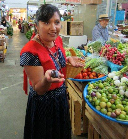 La Casa de Mis Recuerdos B&B: Nora Andrea Valencia displays local ingredients to students of her cooking school, Alma de Mi Ti