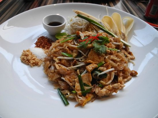 Siam@Siam Design Hotel Bangkok: delicious pad thai at party house one