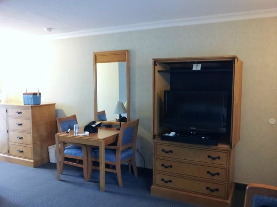 BEST WESTERN University Lodge : TV, table, and part of bureau