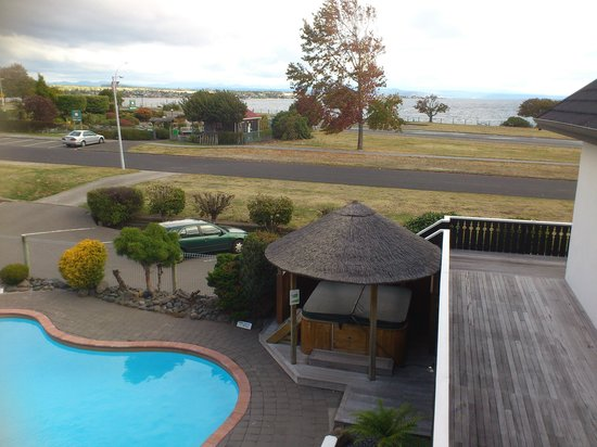 Le Chalet Suisse Motel: View of Lake Taupo from Motel room.