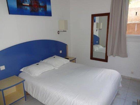 Les Hauts de Porto Vecchio : Une des deux chambre avec grand lit