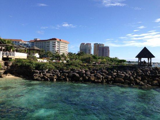 Shangri-La's Mactan Resort & Spa : プライベートビーチの透明度は高い