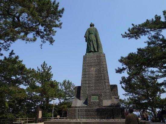 Ryoma Sakamoto Bronze Statue: 金の紋付