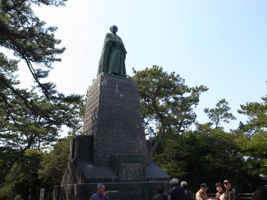 Ryoma Sakamoto Bronze Statue: 遠くまで見えそうです