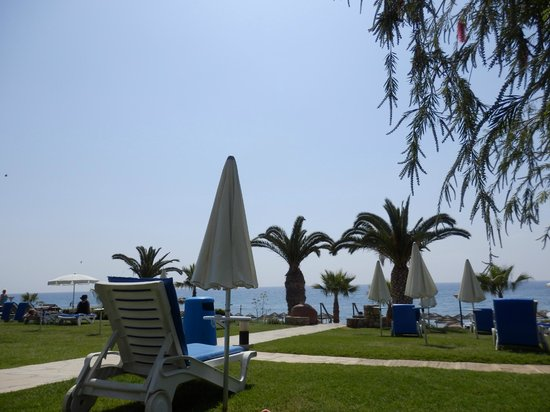 Mediterranean Beach Hotel: Blick von der Liegewiese zum Meer