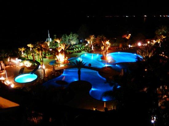 Mediterranean Beach Hotel: Aussicht vom Balkon auf die Poolanlage des Four Seasons und das Meer