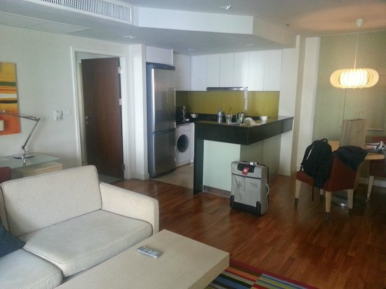 Urbana Langsuan : Lounge / Kitchen of 1-bedroom apartment - spacious