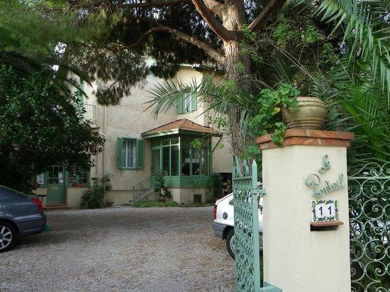 Hotel Le Ponteil : la facciata dell'albergo nel giardino