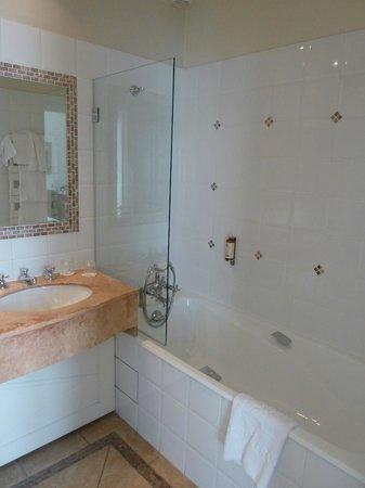Hotel Brighton - Esprit de France: Ванная