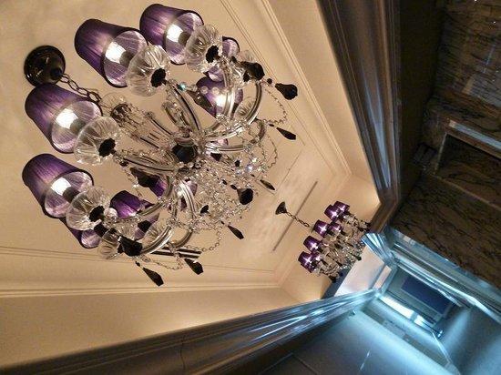 Hotel La Suite Kobe Harborland : 廊下のシャンデリア