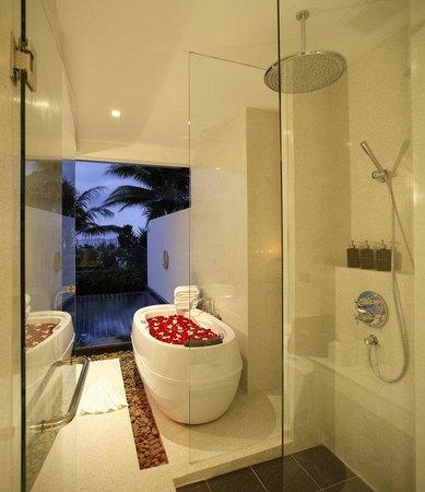 La Flora Resort Patong : Beachfront Pool Villa room.