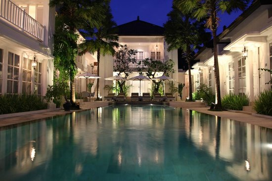 The Colony Hotel Bali: The beautiful pool and hotel grounds at dusk.