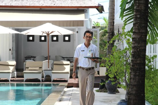 The Colony Hotel Bali: Cool refreshment delivered poolside, (with a smile).