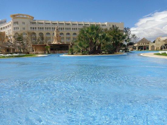 Lella Baya: La piscine