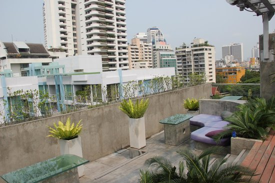 Galleria 10 Hotel Bangkok by Compass Hospitality : view from rooftop bar/pool area