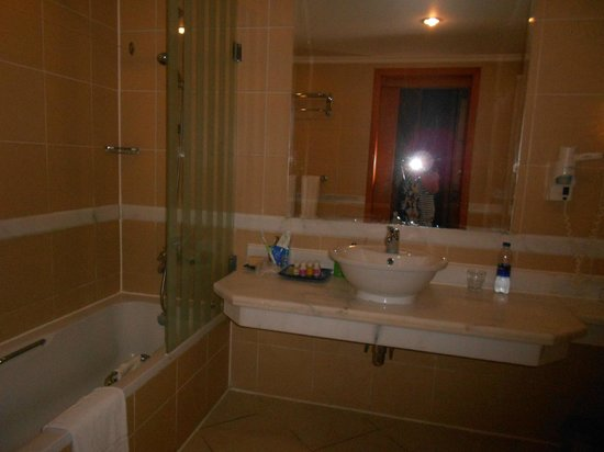 Radisson Blu Resort, Sharm El Sheikh: В ванной комнате есть и душевая кабина, и ванна