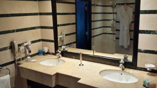 Golden Tulip Farah Rabat: Salle de bain suite