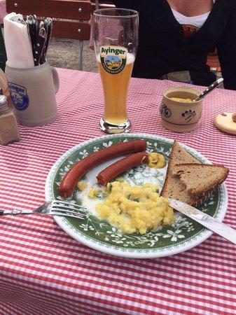 Ayinger Bräustüberl: Weißbier und Debreziner mit Kartoffelsalat