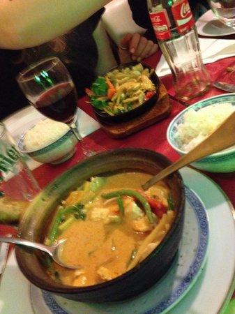 Thai House: Rode curry en kip met basilicum.