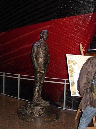"""Musée du Fram : Памятник Фритьофу Нансену перед кораблём """"Фрам"""""""