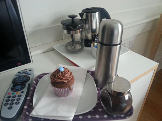 Grasshoppers Hotel Glasgow: welcoming coffee and cake!