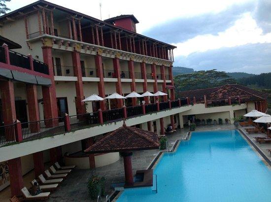 Amaya Hills Kandy: Chambres et tables extérieures