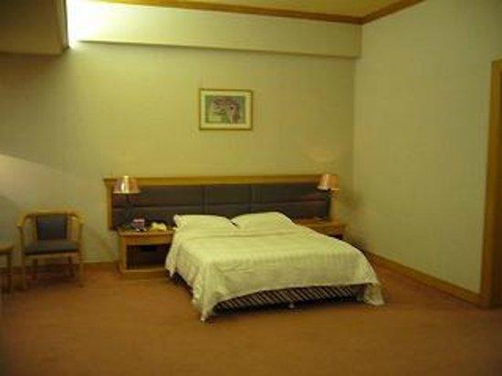 New Century Hotel: 広いが閑散とした部屋です
