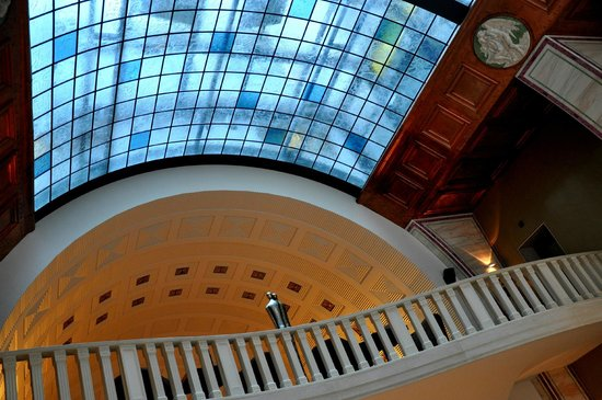 Continental Hotel Budapest: Beautiful roof gives character to the reception area