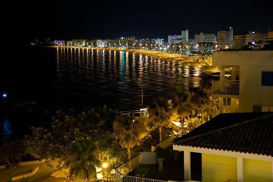 Hotel Talayot: Night time view