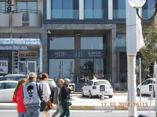 Ilayda Avantgarde Hotel: Road view of the entrance