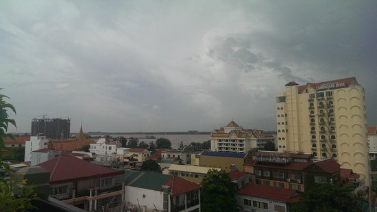 King Grand Boutique Hotel: View of river from the roof top